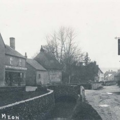 What had been Thomas Adams shop in the High Street later became Savage and Parsons, then Parsons, seen here on the left. It sold groceries, wine, bread and coal Opposite was The New Inn, now the Izaak Walton.