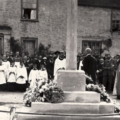 Behind the clergy and choir at the installation of the War Memorisl in 1923 is Barnards. On the wall can be detected a stone sign indicating that A Mullard lived here.