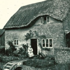 Another photo of Bridge Cottage. The bridge ws destroyed by army tanks, parked up Greenways in the run-up to D-Day.