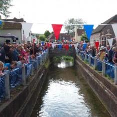 Spectators around bridge