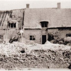 Thatching Paupers Cottage, at the time of the Morley Horder refurbishment?