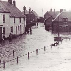 High Street flooded, Hazel Pamplin on steps of Barnards