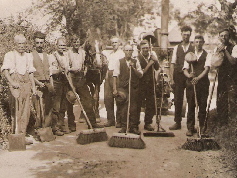 Road Tar Gang, c 1930. William Jeremiah Christmas is on the left, the father of Herbie Goddard. Curly Searle is next to him, father of Cath Adams.