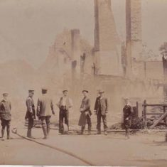 The ruins of Westbury House on the morning after the fire in November 1904.